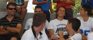 Alfonso López (izq) con jugadores del Rayo Majadahonda
