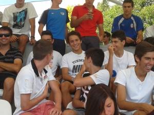 Juveniles rayistas presenciando el partido