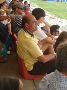 La imagen simpática del partido: la hija de Jony, 2º entrenador majariego, presenciando el encuentro. Debajo, Alvaro (Puerta Bonita)